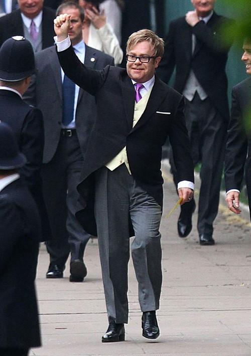 Elton John e sua gravata roxa