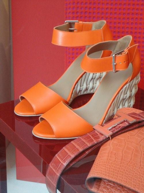 Conhecida mundialmente por sua habilidade artesanal, a Hermès lançou uma sandália com salto Anabela em tressê de cestaria feita em couro. O tom laranja sempre esteve presente na cartela de cores da casa e desta vez ganha vitrine inteira