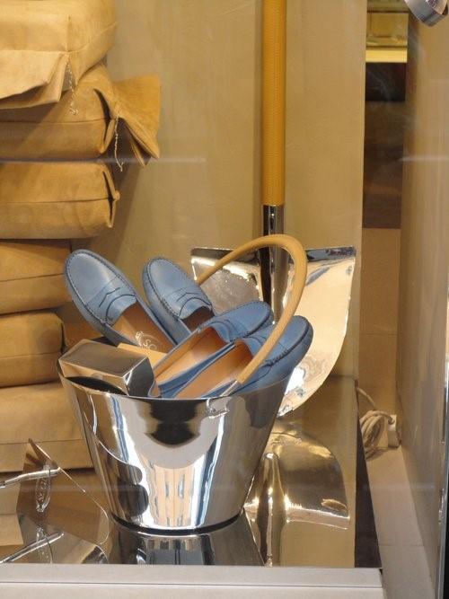 Cores aos seus pés: símbolo da Itália e da moda náutica, o azul toma o lugar do jeans quando este se veste de branco