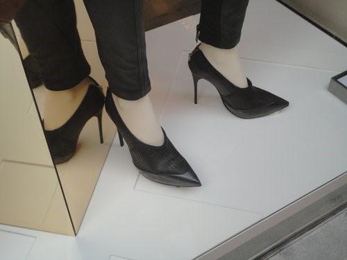 Muito preto para combinar com os sapatos e calças em modelagem afunilada. O metal niquelado é a escolha da vez. Vai ser difícil encarar o verão com calça de couro!