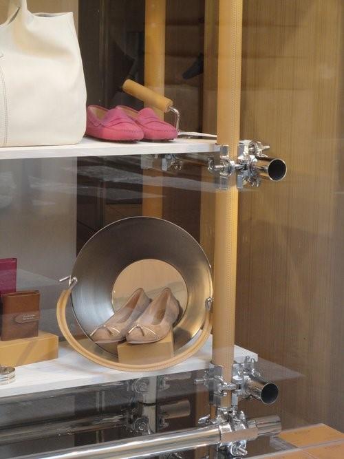 Neutras e perfeitas para todas as ocasiões: sapatilhas nude continuam em alta. Enquanto isso, o rosa–choque, cor eleita para marcar presença neste próximo verão, é mais uma proposta no driver TOD'S
